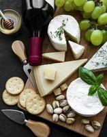 divers types de fromages, de raisins et de vins