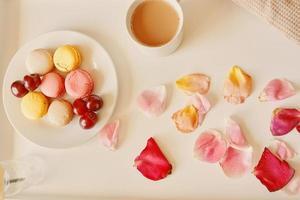 petit-déjeuner romantique au lit avec macarons photo
