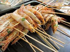 brochettes de crevettes prêtes pour le barbecue photo