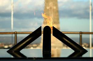 monument aux morts derrière les flammes