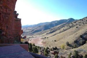 ciel bleu sur une vallée aride du sud-ouest photo