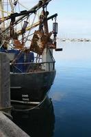 Chalutier dans un port photo