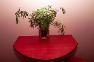 arrangement floral sur un mur rose photo