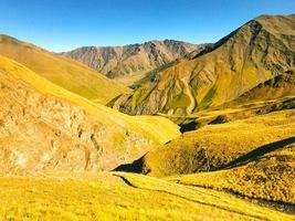 Vue panoramique du parc national de Tusheti sur le sentier de randonnée du col d'Atsunta photo