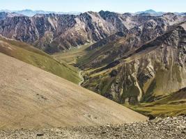 Panorama tranquille du col d'Atsunta avec les hauts plateaux de Tusheti photo