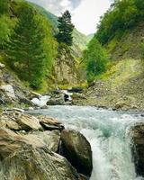 Montagnes et rivière avec paysage pittoresque à Khevsureti, Géorgie photo