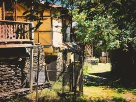 parc national de tuneshi, géorgie 2020- maisons tushetian dans le village de shenaqo dans le parc national de tusheti, un site du patrimoine de l'unesco. photo
