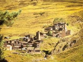 Tusheti, Géorgie 2020-tours en pierre et maisons traditionnelles tusheti dans le village de Dartlo photo