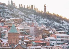 Tbilissi, Géorgie 2020 - Bâtiments de la vieille ville historique et architecture en hiver photo