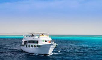 Grand bateau de plaisance blanc dans l'eau bleue de la mer Rouge Sharm el Sheikh Egypte photo