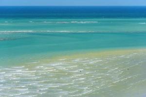 vagues de la mer et sable de la vue sur la montagne photo
