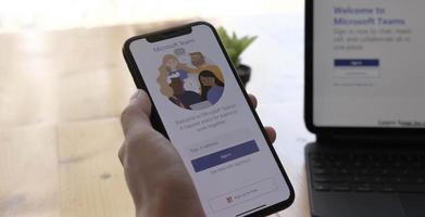 Chiang Mai, Thaïlande 2021- personne téléchargeant la plate-forme sociale Microsoft teams sur smartphone photo