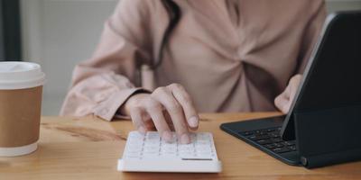 femme d & # 39; affaires travaillant dans la finance et la comptabilité photo