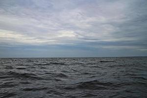 mer dramatique avec eau noire et horizon vide photo