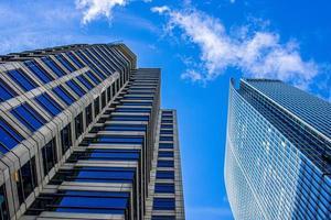 immeuble de grande hauteur sous le ciel bleu