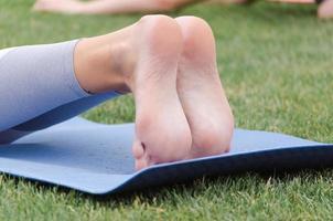 pieds sur tapis de yoga photo