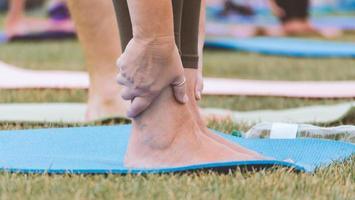 pieds sur un tapis de yoga bleu photo