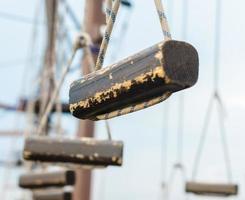 petites bûches de bois suspendues par des cordes photo