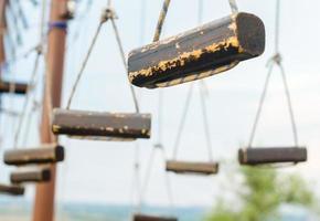 petits morceaux de bois sur des cordes photo