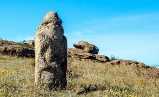 Grand rocher de pierre dans l'herbe photo