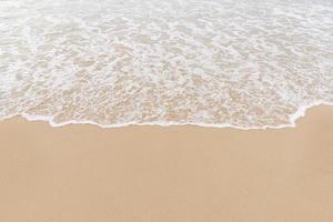 vagues douces sur la plage photo