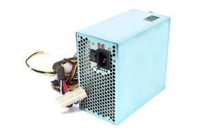 Bloc d'alimentation 500w avec câbles et interrupteur io pour ordinateurs pc isolé sur fond blanc photo