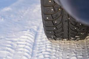 pneu de voiture dans la neige photo