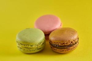 trois macarons colorés photo