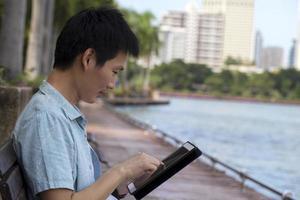 homme utilisant une tablette à l'extérieur photo