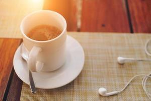 Café noir ou un coup d'espresso sur un fond de table en bois photo