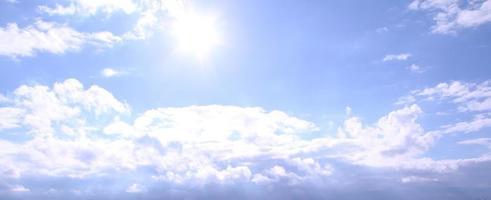 belle journée ensoleillée avec un ciel bleu avec des nuages blancs photo