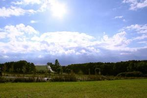 champ ouvert avec ciel bleu photo