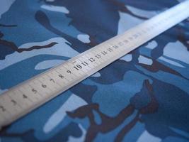 tissu camouflage avec une règle sur le dessus photo