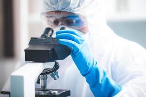 chercheur à l'aide d'un microscope photo
