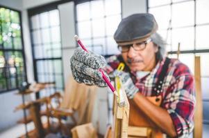 charpentier tenant un crayon photo