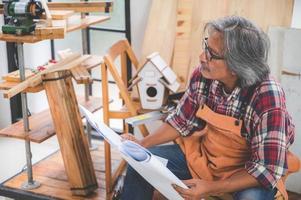 charpentier élaborant un plan photo