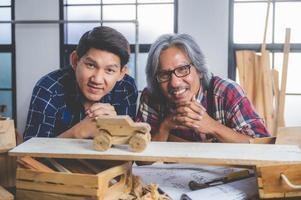 deux charpentiers avec une voiture en bois