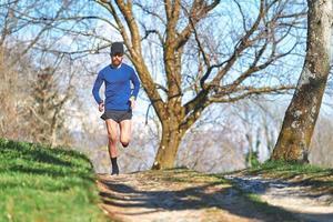 Athlète homme ultra marathon lors d'une séance d'entraînement en colline photo