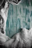 Tissu blanc sur pensionnaire de planches de bois vert avec espace de copie photo