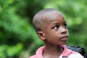 enfant regardant de côté
