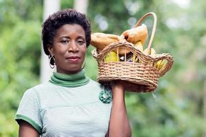 jeune femme tenant un panier de fruits à la main et aller pique-niquer photo