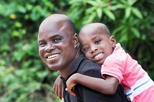 père et fils heureux ensemble tranquillement à la campagne photo