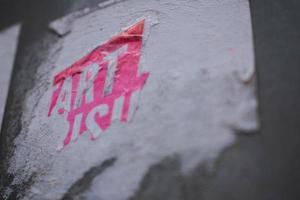 Stinker rose déchiré sur un mur de béton photo