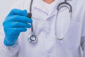 le médecin utilise un vaccin pour prévenir les germes photo