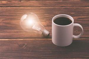 aime boire du café, une tasse à café et une ampoule émettant de l'énergie photo