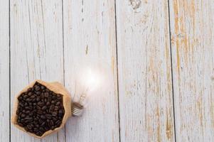 adore boire du café, des grains de café et une ampoule émettant de l'énergie photo