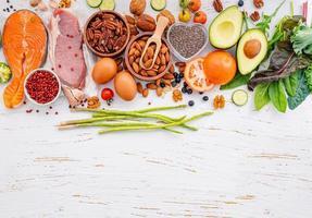 concept de régime cétogène faible en glucides. ingrédients pour la sélection d'aliments sains sur fond en bois blanc. ingrédients sains et équilibrés de graisses insaturées pour le cœur et les vaisseaux sanguins. photo