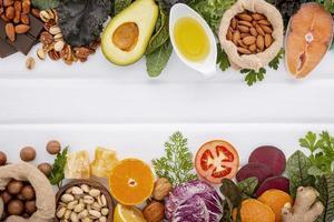 ingrédients pour la sélection d'aliments sains sur fond blanc. ingrédients sains et équilibrés de graisses insaturées et de fibres pour le cœur et les vaisseaux sanguins photo