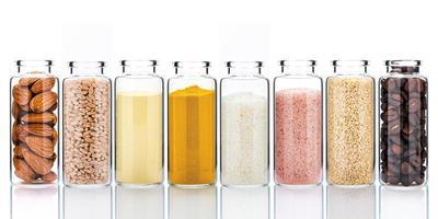 Soins de la peau faits maison avec des ingrédients naturels et des herbes dans des bouteilles en verre isolé sur fond blanc photo