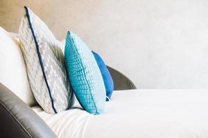 bel oreiller de luxe sur le lit photo